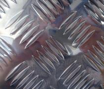 <b>镜面五条筋花纹铝板</b>